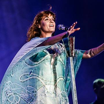 Placeholder - loading - Florence + The Machine homenageia Foo Fighters no Festival de Glastonbury