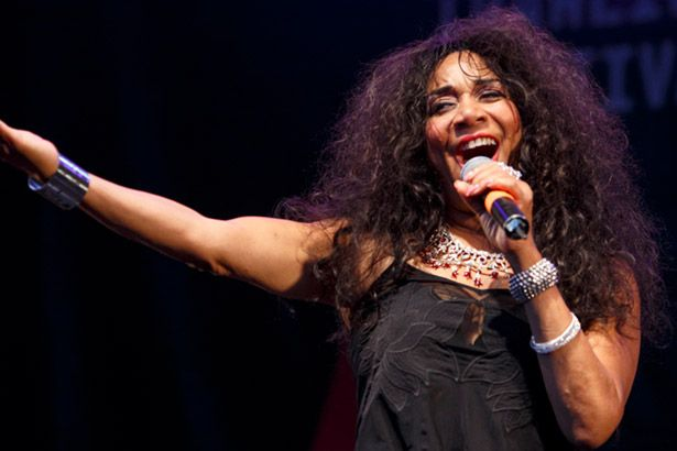 Joni Sledge, do sucesso We Are Family, morre aos 60 anos Background