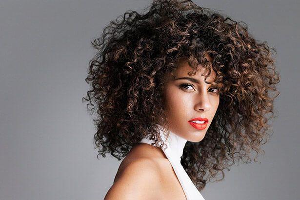 Alicia Keys lança canção inédita e clipe em comemoração ao aniversário Background
