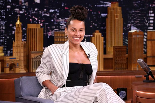 Alicia Keys imita Adele e Janis Joplin em talk show Background