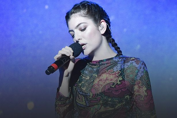 "Placeholder - loading - Lorde apresenta ""Perfect Places"" acompanhada de coral Background"