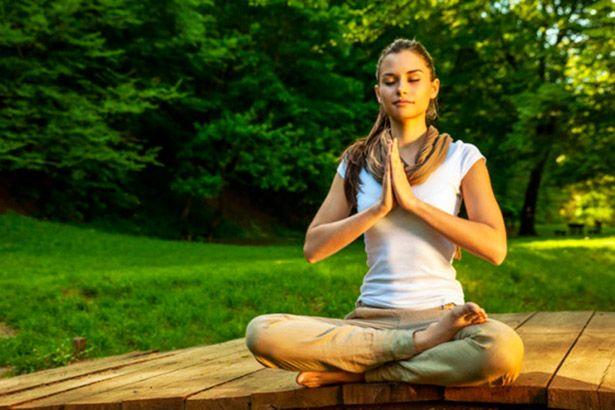 A prática regular de meditação pode reduzir os níveis de estresse Background