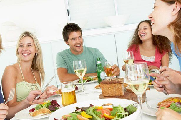 Estudo indica que é mais difícil manter uma dieta em ambientes sociais Background