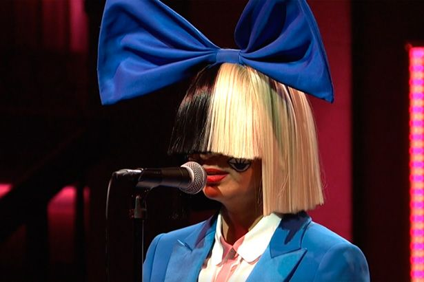 Sia lidera Billboard Hot 100 pela segunda semana consecutiva Background