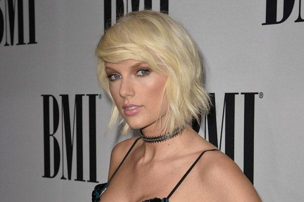 Placeholder - loading - Taylor Swift recebe prêmio com seu próprio nome no BMI Pop Awards Background