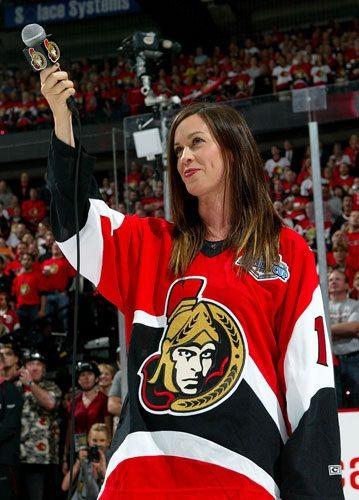 Alanis Morissette durante apresentação em jogo de Hockey da equipe canadense, Ottawa Senators