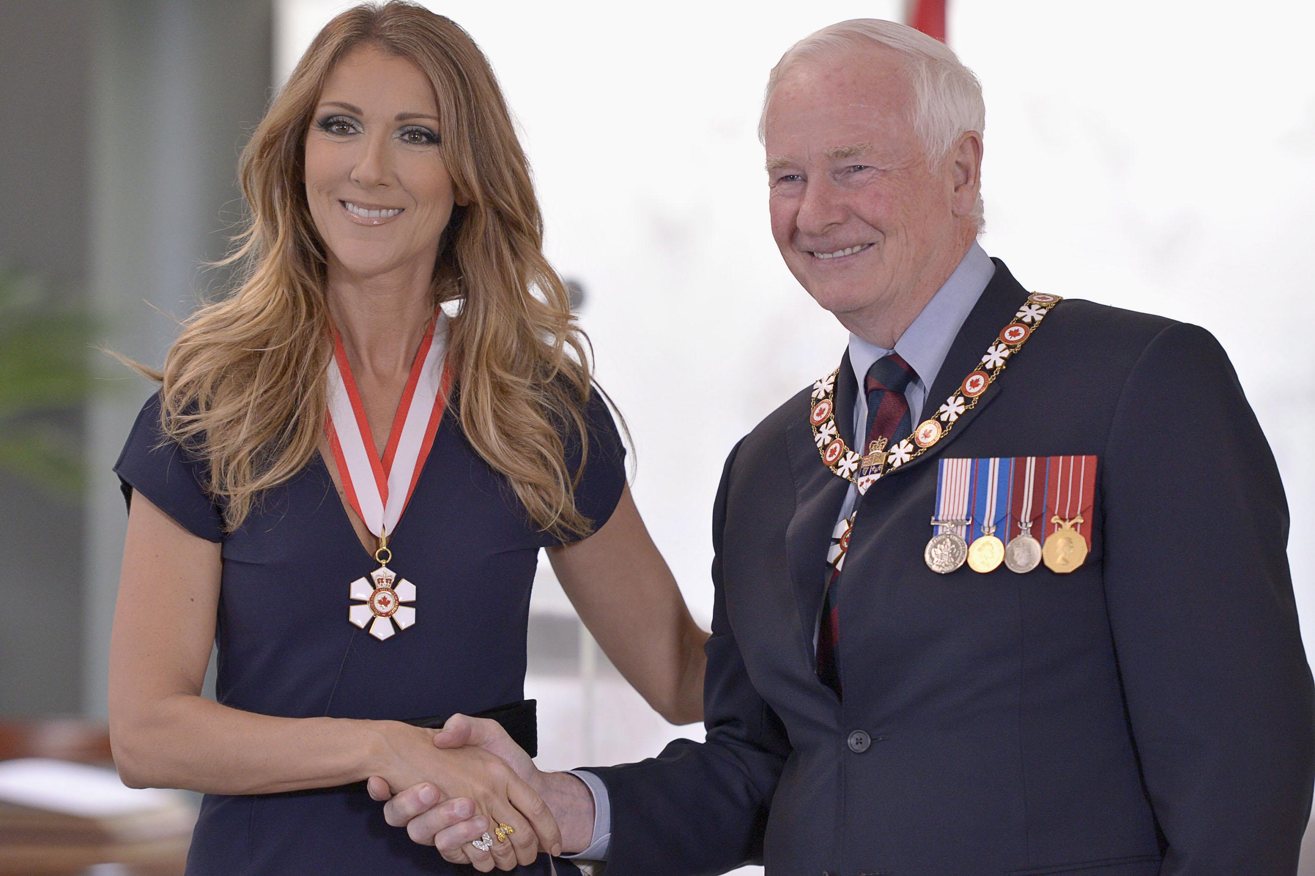 Celine Dion e o seu falecido esposo com broches do Canadá.